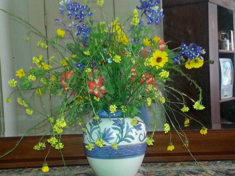 Vaas van lokale wilde bloemen in slaapkamer