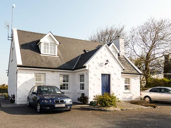 BRANDY HARBOUR COTTAGE, single-storey, semi-detached, parking, shared garden – semesterbostad i Oranmore