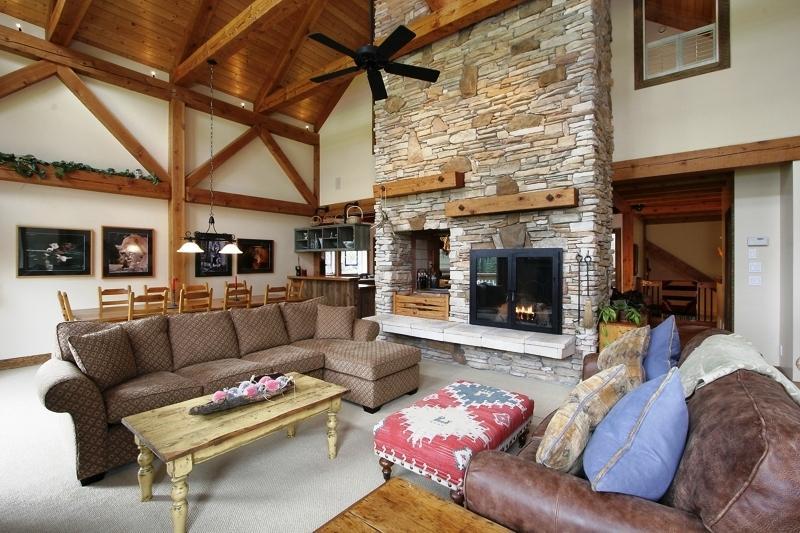 Gran salón con chimenea de leña de 30 pies