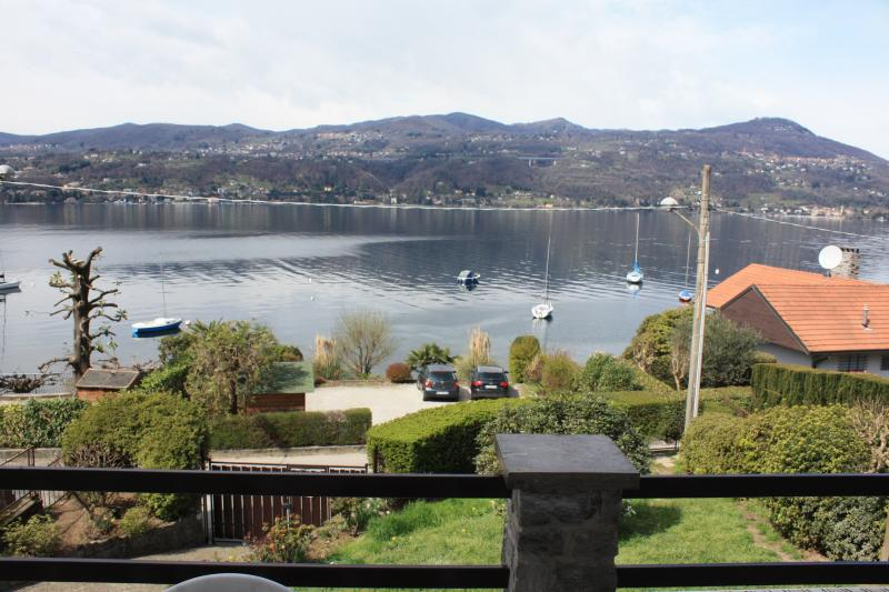 RELAXING LAKE VIEW AND PRIVATE BEACH, vakantiewoning in Province of Varese