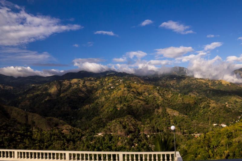 Vue sur les montagnes du balcon de la cuisine