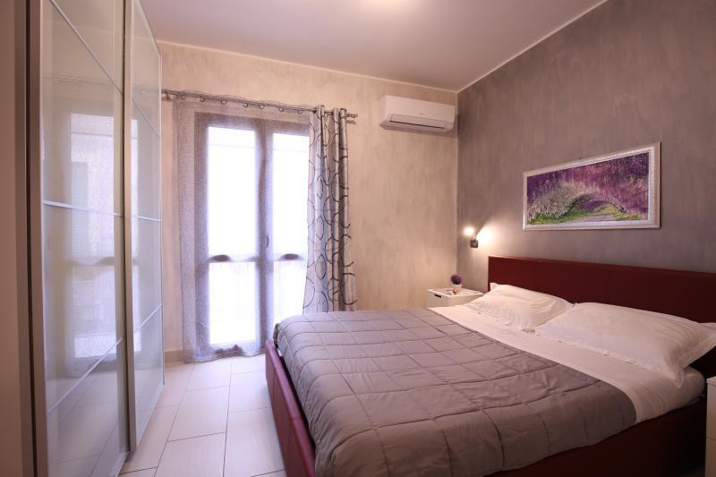 comoda stanza da letto con climatizzatore e tv led a parete
