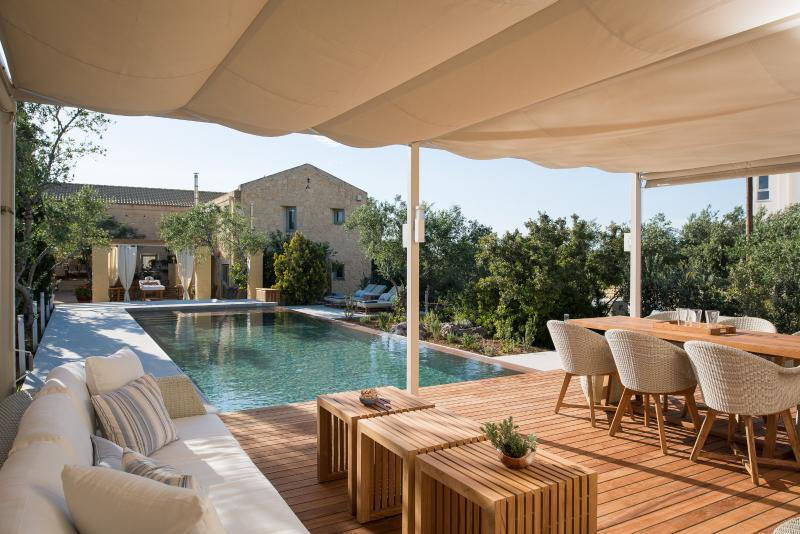 Villa Dimi with private infinity Pool, Near sandy beach Kalathas Chania Crete, vacation rental in Chrissi Akti