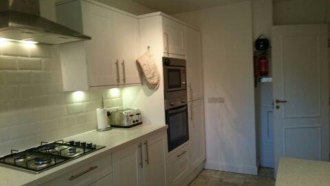 Do outro lado da cozinha com fogão a gás, forno e frigorífico-congelador espaçoso