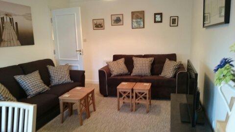 Dois confortáveis sofás de três lugares na sala de estar