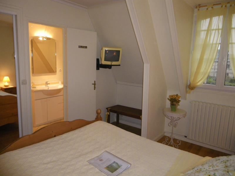 Sweet Home Chambre Soleil vue sur l'entrée de la salle de bains