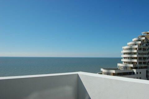 Modern penthouse with panoramic sea views, casa vacanza a Hastings