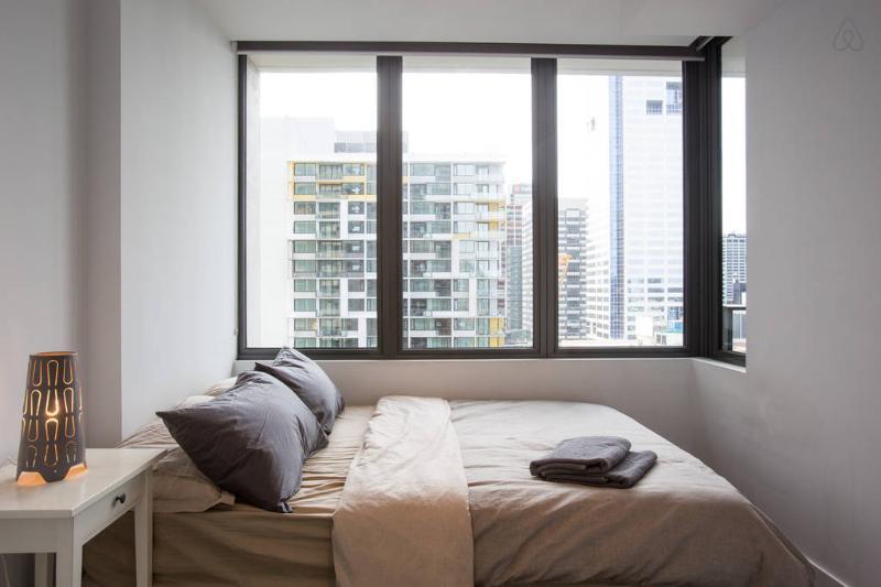 Ein Schlafzimmer mit einen fantastischen Blick auf die Innenstadt.