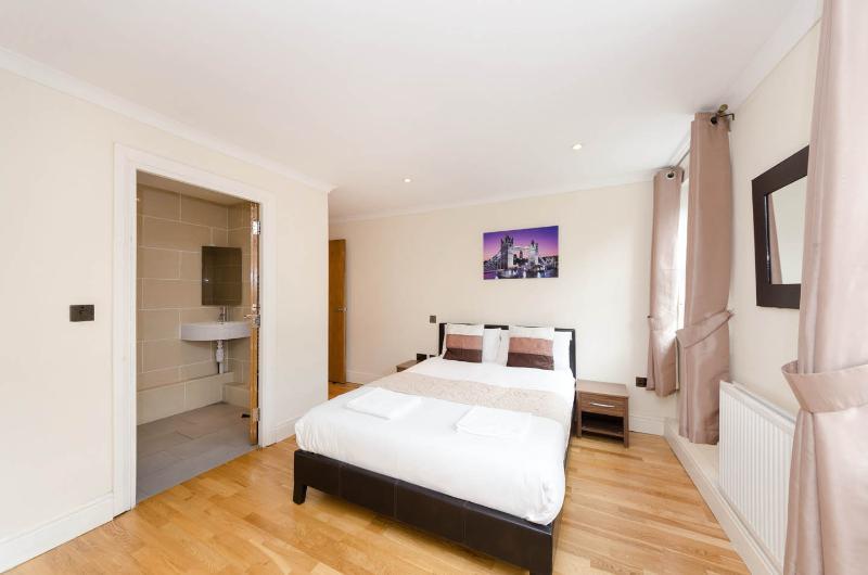 Dormitorio principal con baño en suite.