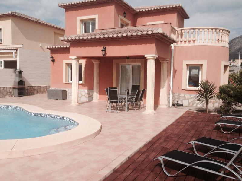 3 bedroom Villa, garden, private pool, aircon, wifi, decking aea