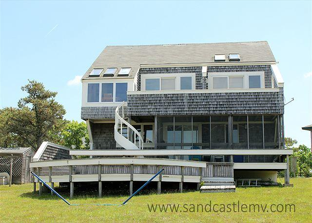 CHAPPAQUIDDICK HOME WITH EXPANSIVE VIEWS OF KATAMA BAY AND A SALT WATER MARSH, holiday rental in Edgartown