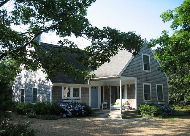 LIGHT-FILLED CONTEMPORARY CAPE CLOSE TO THE BIKE PATH, holiday rental in Edgartown