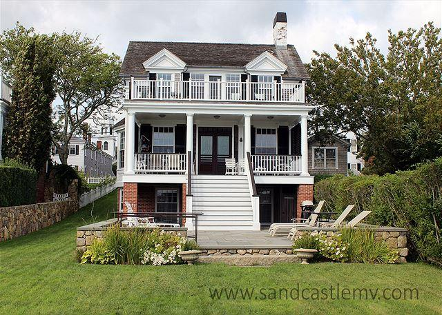 READ THE MORNING PAPER ON THE DECK NEAR WATER'S EDGE IN THIS CAPTAIN'S HOUSE, holiday rental in Edgartown
