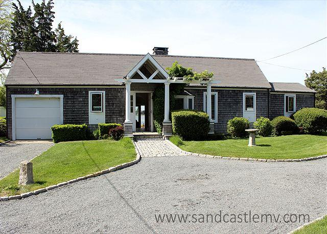 WATERFRONT COTTAGE WITH LARGE YARD GREAT FOR SUMMER GAMES, alquiler vacacional en Vineyard Haven