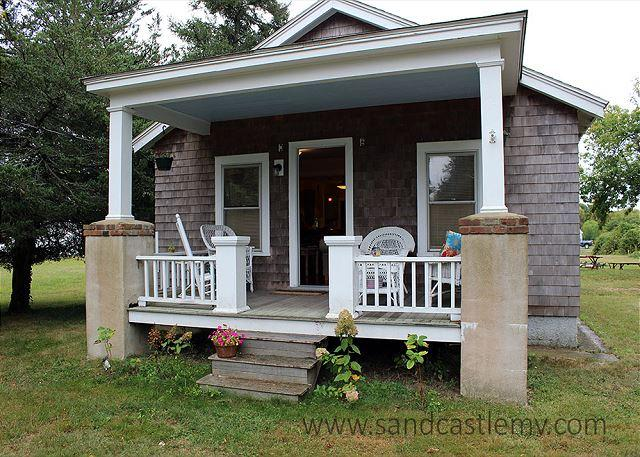 CUTE ISLAND BUNGALOW LOCATED CLOSE TO THE KATAMA GENERAL STORE, holiday rental in Edgartown