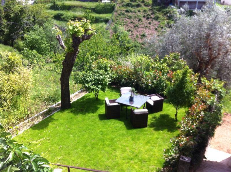 De privé tuin met barbecue, tuin voor 4 en parasol