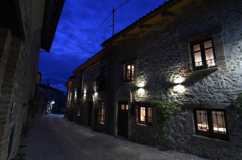 Charming house in the Langhe 'Maison des Roses', vakantiewoning in Bonvicino