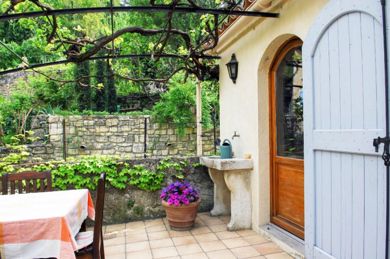 Charming Provence apartment with a spacious terrac, location de vacances à Sigonce