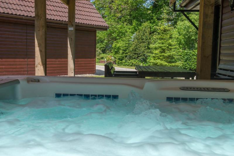 Ben Lomond 5 Star:  huge PRIVATE hot tub and sauna, vacation rental in Gartocharn
