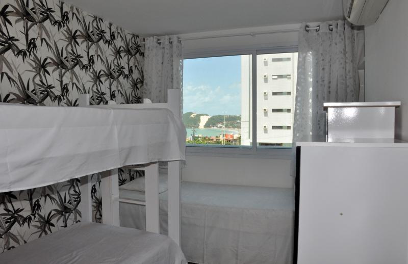 Salle de bains avec lit superposé avec le lit gigogne et un lit simple et air conditionné