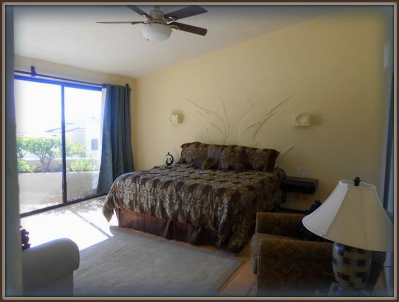 Master-Schlafzimmer mit eigenem Bad, Sitzecke mit Meerblick