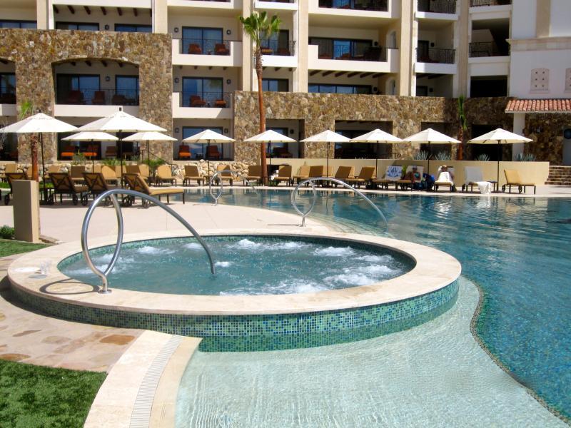 Whirlpool set in infinity swimming pool