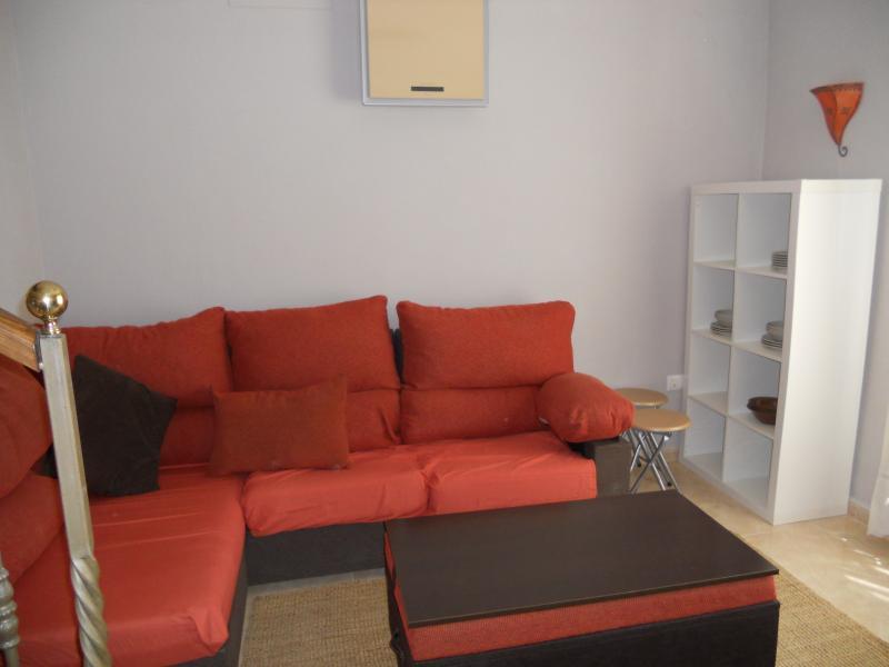 Salón ,sofá 4 plazas , tv , aire acondicionado y mesa plegable para seis personas
