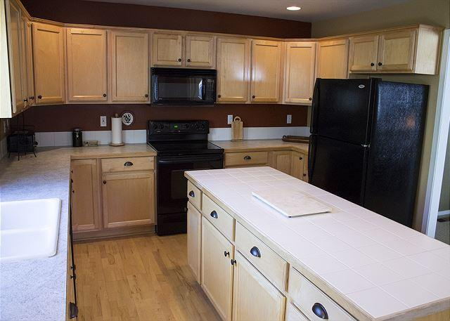 Electric stove and a lot of counterspace in the kitchen