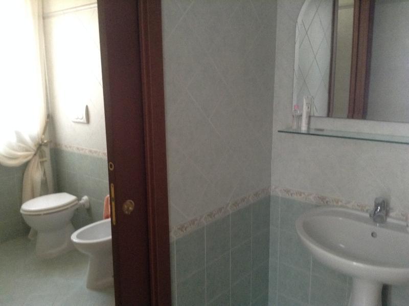 Salle de bain simple consistant en une salle de bains avec lavabo qui est séparé de l'autre chambre avec douche et wc.