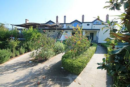 Belvedere Villa Sleeps 5 with Pool and Air Con - 5229176, location de vacances à Montecorvino Rovella