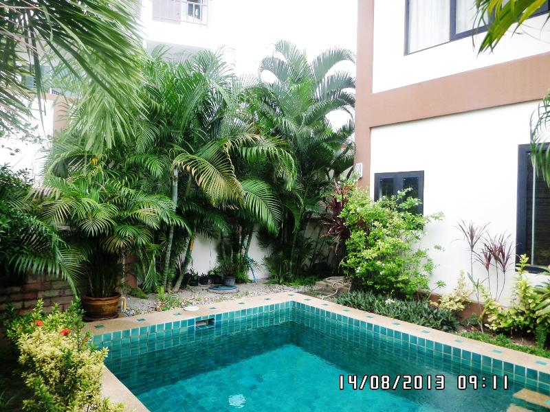 Pool - view to rear....