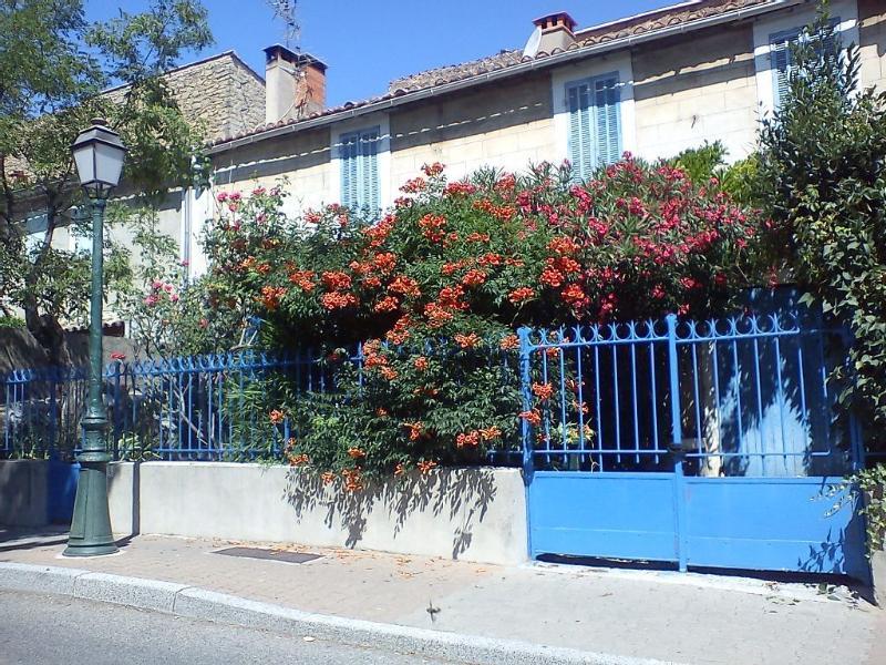 Maison de Village à Lamanon Le rose et le bleu, location de vacances à Eyguières