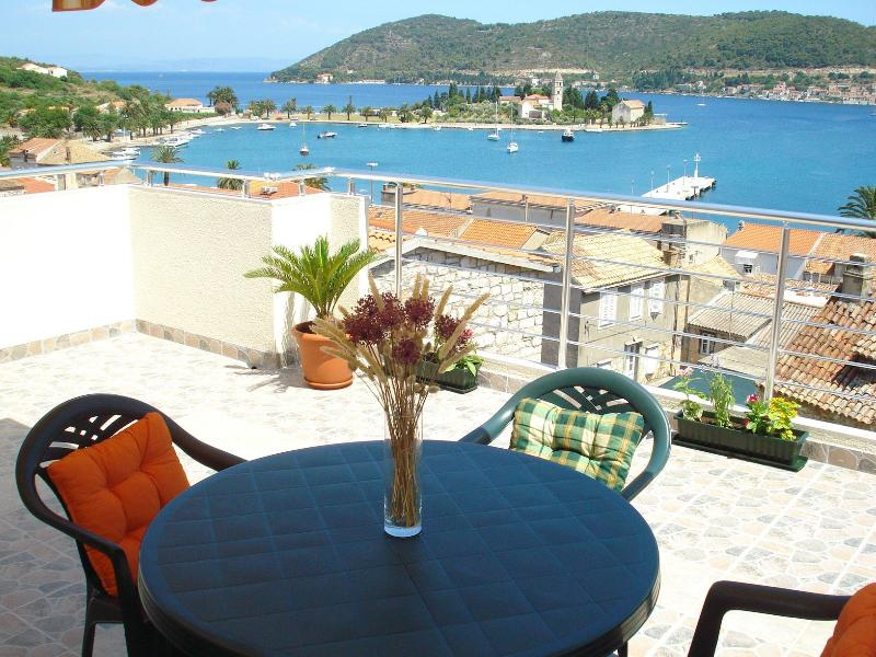 Apartment II beautiful view, holiday rental in Vis