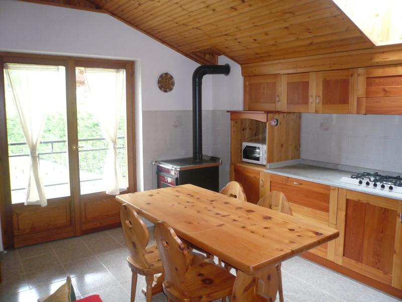 Kitchen with exit to the terrace
