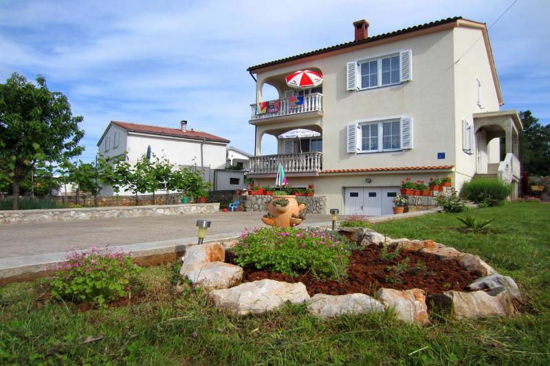 Four-bedroom apartment Dana with balcony, holiday rental in Sveti Anton