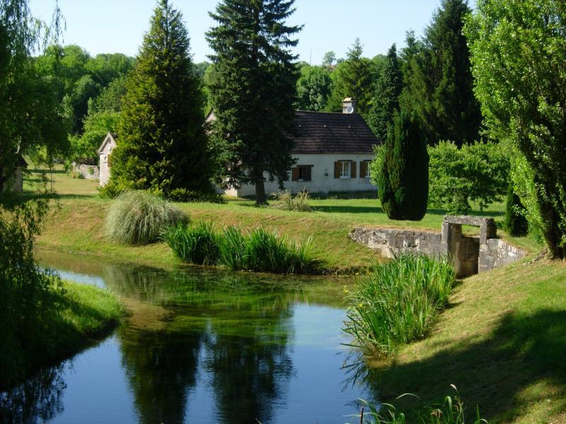 Gîte écologique au bord de l'eau, vacation rental in Sainte-Colombe-sur-Loing