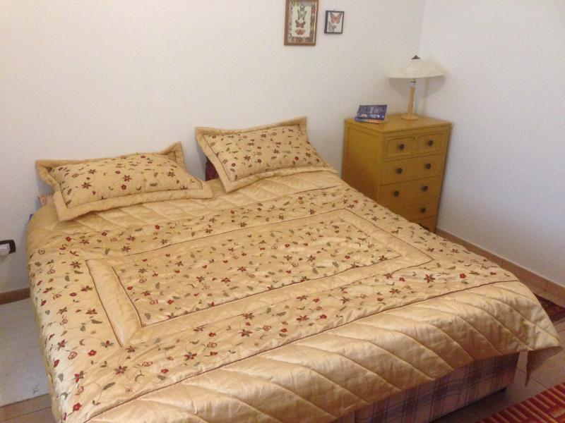 Bedroom with double bed and 1 single bed. Can be made into 3 single beds.
