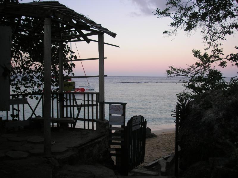 Mango Beach bij zonsondergang.