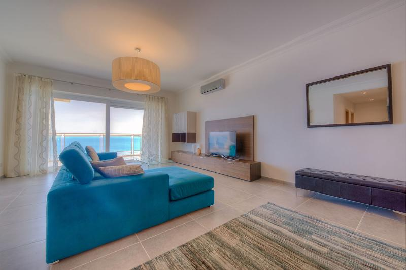 OCEAN VIEW LUXURY 2 BEDROOOM APARTMENT WITH POOL  (ENHANCED CLEANING PROTOCOL), holiday rental in Sliema