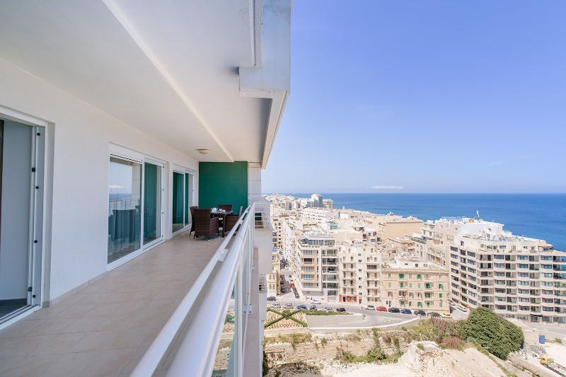 SEAFRONT LUX APARTMENT WT POOL IN A GREAT LOCATION (ENHANCED CLEANING PROTOCOL), holiday rental in Siggiewi