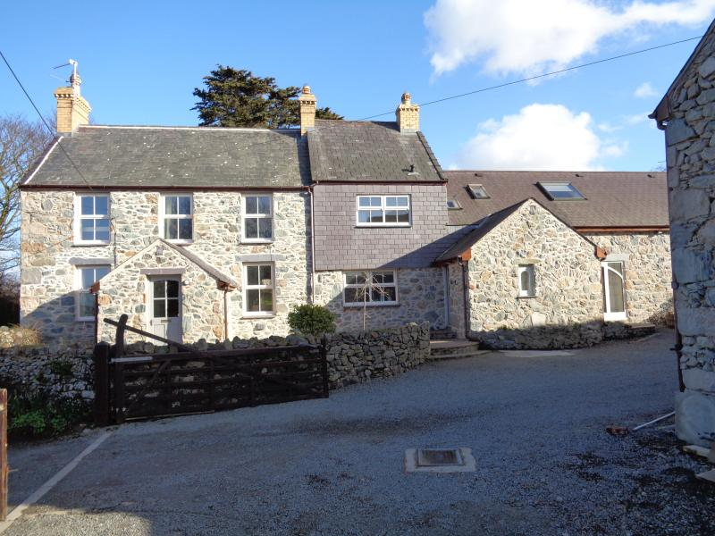 House in the Yard - The Farm House, holiday rental in Dwyran
