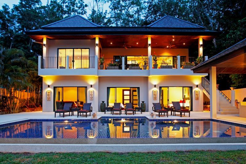 Coral Villa, con 8 camere da letto, sala TV, possono ospitare fino a 20 ospiti, 1.2km da Nai Harn Beach