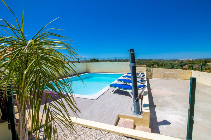 Nice private villa, AC, WIFI, UK TV, heated pool, vacation rental in Albufeira