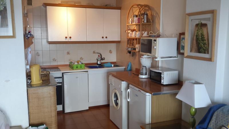 Fullt utrustat kök. Det finns nu en helt ny kyl och frys. Foto som ska uppdateras
