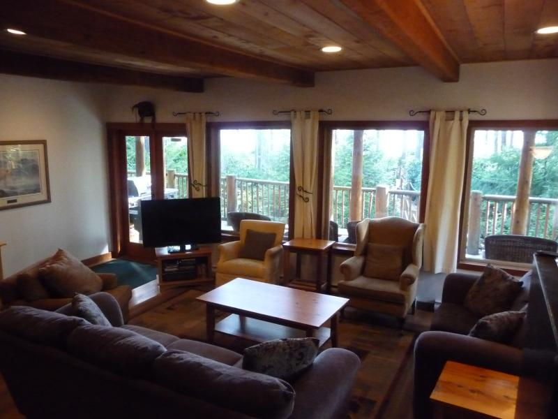 CEDARVIEW HOUSE - Living Room