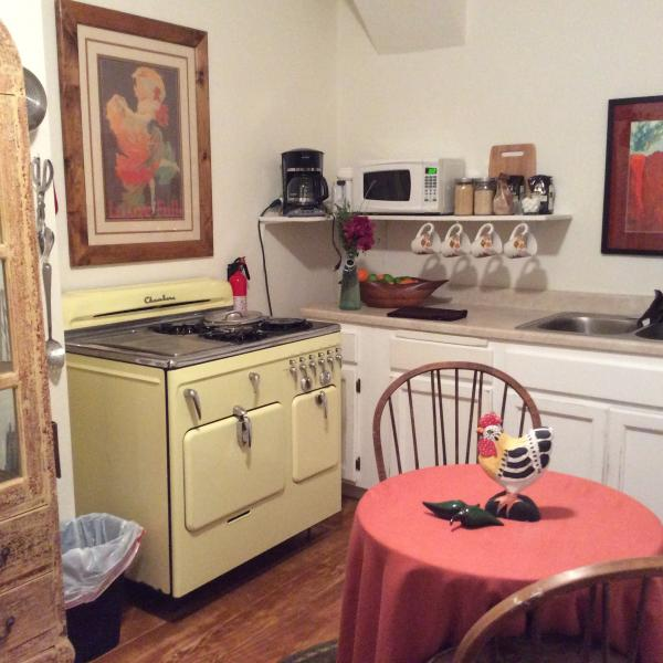 Schattig vintage keuken met de verbazingwekkende 1952 Chambers Vintage Oven.