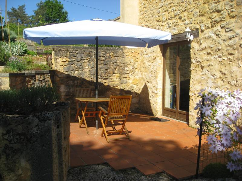 Cosy, wood burner, pool, bakery & restaurant easy walk. Lascaux 10 min, holiday rental in Peyzac-le-Moustier