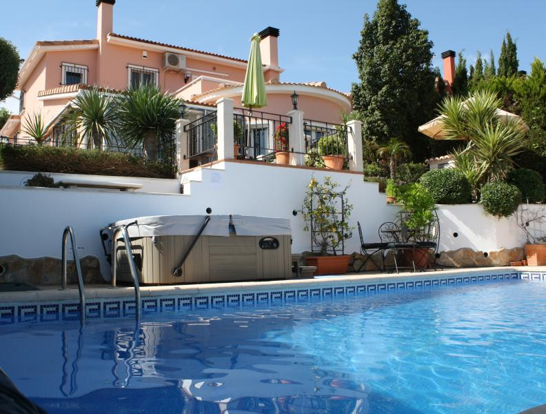 Spacious luxury villa & garden with pool & jacuzzi