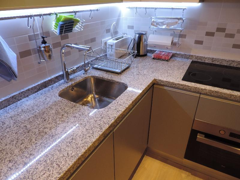 Cocina totalmente equipada con lavavajillas, lavadora/secadora, microhondas, etc.
