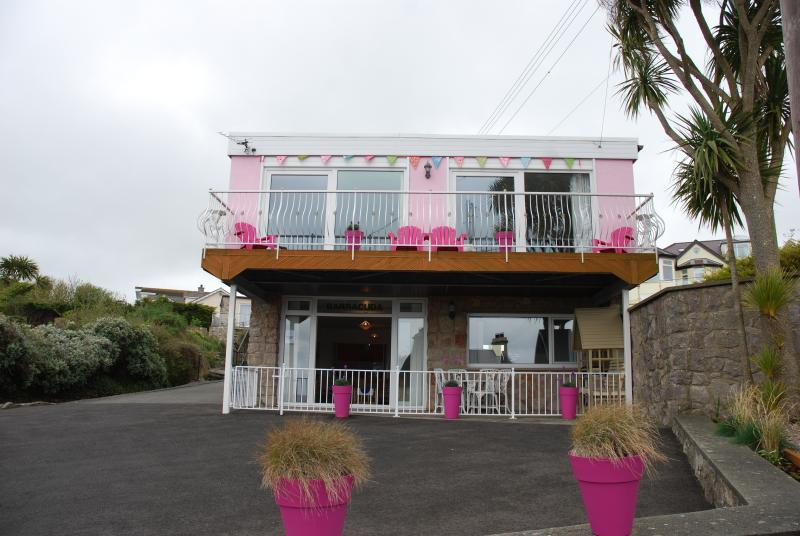 Frontage & Parking area for Barracuda Beachside Apartment, Benllech